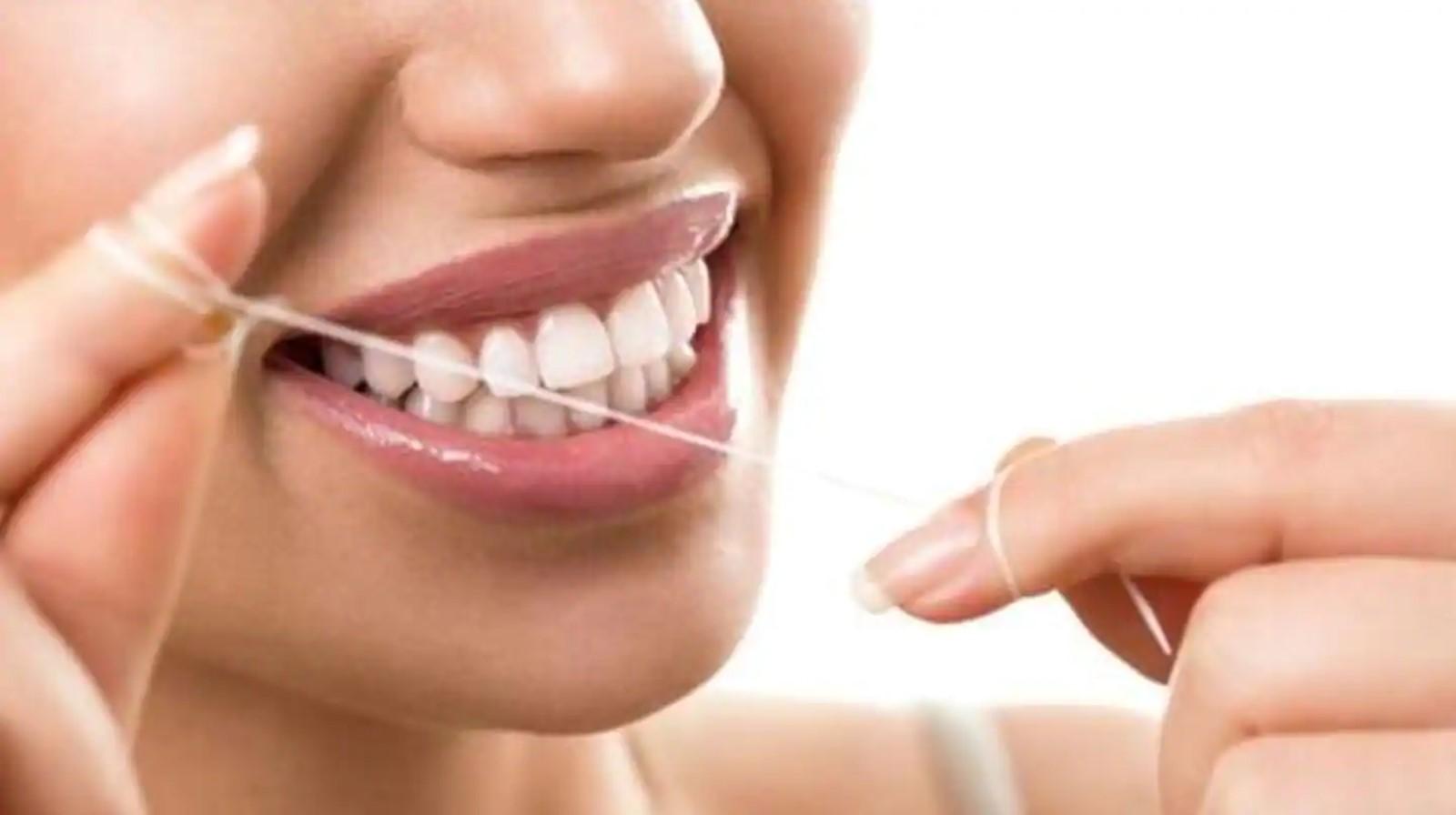 Gunakan benang gigi dan pasta gigi berfluoride secara teratur