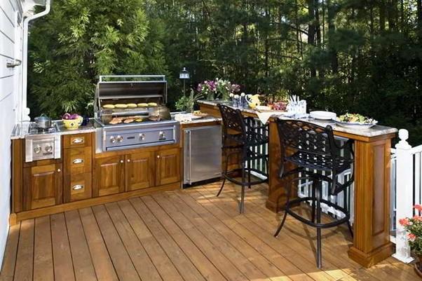 Dapur semi terbuka menghadap taman
