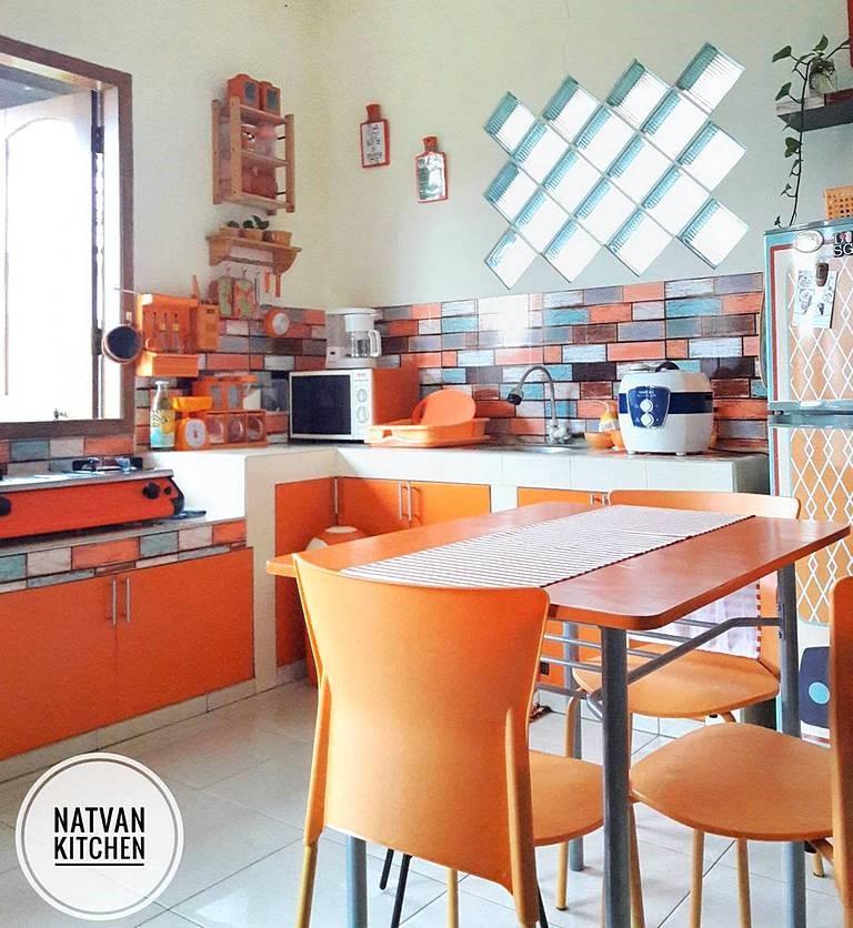 Desain Dapur Minimalis Menyatu dengan Ruang Makan Warna Oranye